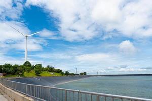 paesaggio di turbine eoliche per generare elettricità rinnovabile e diga foto