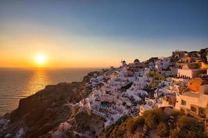 bellissimo tramonto a oia sull'isola di santorini, grecia foto