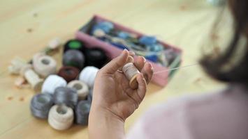 ricamare cucendo a mano della donna. lavoro artigianale e mani femminili. foto