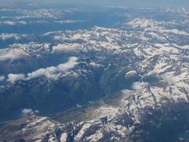 veduta aerea delle alpi tra italia e svizzera foto
