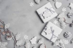 mockup cornice natalizia con coni e giocattoli in legno foto