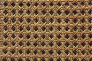 primo piano di un cesto di legno realizzato con uno sfondo di trama in rattan foto