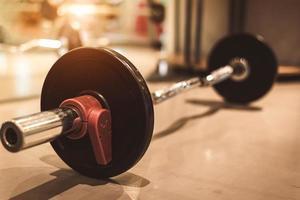 set di bilancieri in acciaio pesante nero sul pavimento della palestra sportiva fitness foto