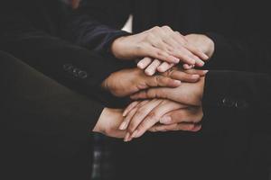uomini d'affari che fanno mucchio di mani per l'avvio di un nuovo progetto foto
