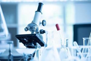 microscopio da laboratorio medico nel test di laboratorio di biologia chimica foto
