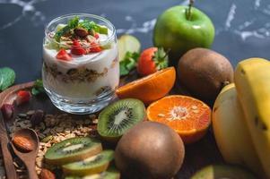 primo piano nutrizione yogurt con molti frutti sul tavolo foto