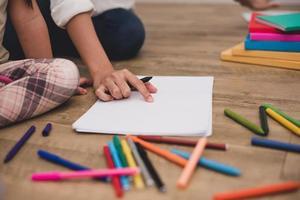 mani chiuse della mamma che insegna ai bambini piccoli a disegnare lezioni d'arte foto