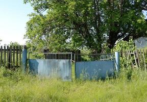vecchio cancello di una casa abbandonata foto