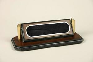 targhette in legno e metallo per scrivere nomi sulle scrivanie foto