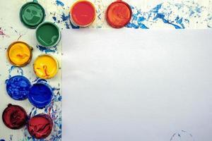 attrezzatura per pittura con copia spazio su carta bianca texture foto