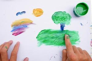 dipingere con le mani e le vernici colorate concetto di sviluppo dei bambini foto