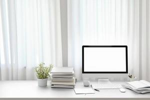 vista frontale del parco di lavoro con schermo del computer bianco vuoto foto