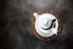 tazza da tè e teiera in porcellana bianca foto