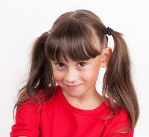 bambina con una maglietta rossa foto