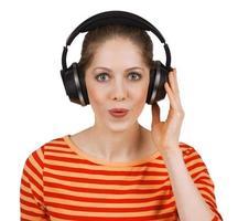 ragazza allegra che ascolta musica in cuffia foto