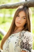 affascinante ragazza dai capelli lunghi foto