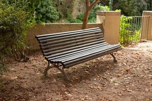 vecchia panca di legno nel parco foto