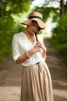 giovane ragazza alla moda triste per qualcosa foto