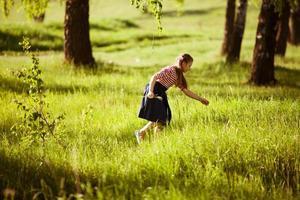 ragazza felice sulle lacrime dell'erba del prato foto
