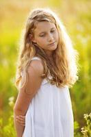 bella ragazza in un vestito di fiori di campo foto