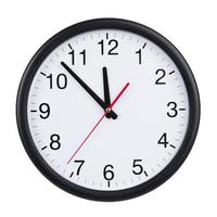 dalle cinque alle dodici sul quadrante dell'orologio foto