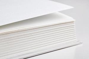 pagine di un grosso libro foto