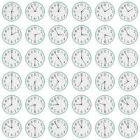 molti orologi mostrano tempi diversi sui quadranti foto