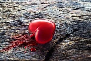 cuore e sangue su fondo di legno, concetto di simbolo medico foto