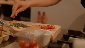 mani della donna che organizza il cibo sul bancone della cucina foto