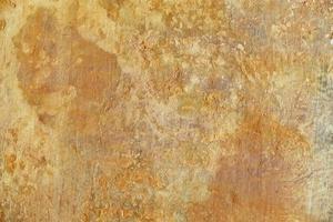 vecchia superficie intonacata di colore giallo foto