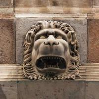 scultura di un feroce muso di leone foto