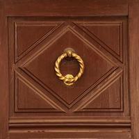 maniglia della porta in ottone antico foto