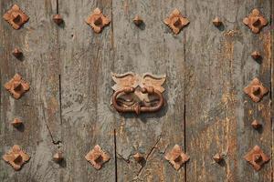 vecchia porta verde con maniglia foto