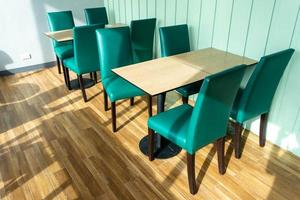 tavolo vuoto in caffetteria foto