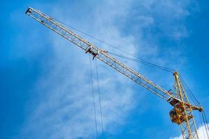 costruzione gru gialla sullo sfondo di un cielo blu foto