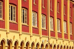 finestra edificio rosso con design classico foto