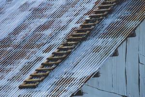 tetto in zinco di un vecchio magazzino foto