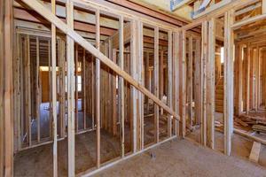 casa in costruzione di travi in legno in costruzione il tetto foto