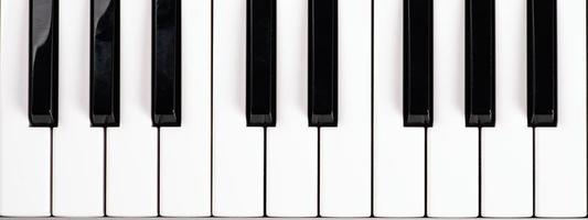 tasti del pianoforte in bianco e nero, vista dall'alto dei tasti del sintetizzatore musicale foto