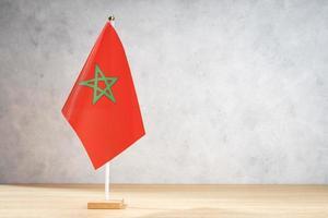 bandiera da tavolo del Marocco sulla parete strutturata bianca. copia spazio foto