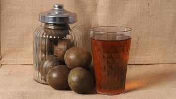 frutto del monaco o luo han guo. frutta secca per una bevanda dolcificante salutare. foto