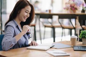 ritratto, donna d'affari asiatica, lavorando, tavoletta digitale, e, lettura foto