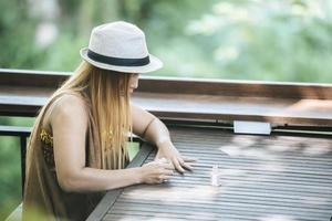donna che si dipinge le unghie sul dito foto