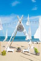 tavolo e sedia da esterno patio sulla spiaggia con sfondo spiaggia mare foto