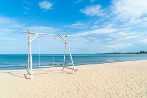 altalena in legno sulla spiaggia foto