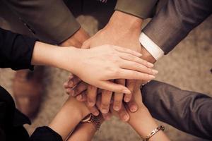 le mani degli uomini d'affari assemblano l'azienda in riunioni e lavoro di squadra foto