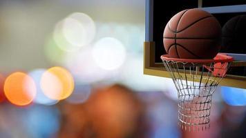 il basket entra nel cerchio sul bellissimo bokeh dello stadio colorato foto