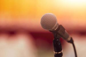 primo piano del microfono sul discorso di sfondo sfocato astratto foto