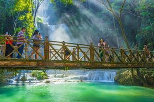 cascata di kuang si a luang prabang, laos foto