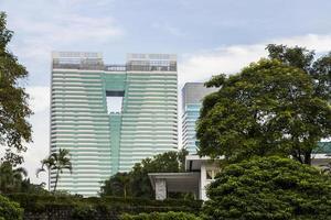 Alto edificio dai giardini botanici di Perdana a Kuala Lumpur, Malesia foto